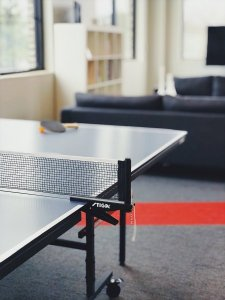 職場にある卓球台のイメージ