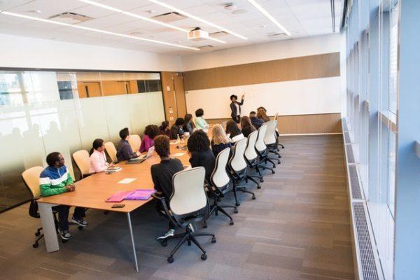 同調勢力の心理を理解してミーティングを進める