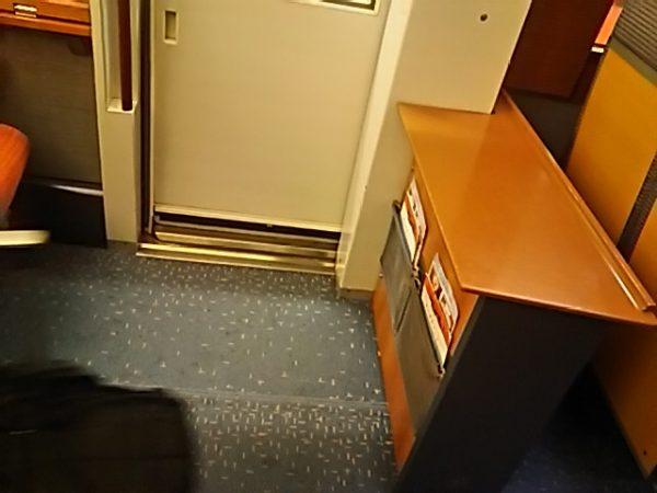 ロマンスカーVSE 1号車の5A~5Dの前と10号車の8A~8Dの後ろにある展望席との間にある空いたスペース