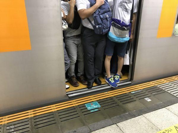 夏の満員電車は我慢地獄!電車内の「ニオイあるある10連発」