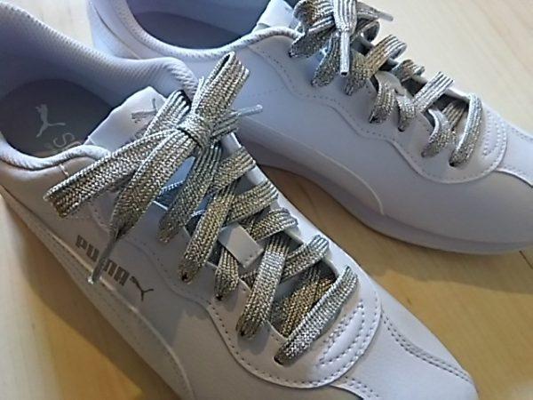 靴紐を変えるだけでオシャレ!白スニーカーにシルバーを合わせてみた