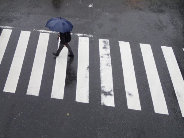 雨の日の迷惑な傘の使い方あるある10連発!他人に迷惑をかけないコツ