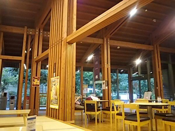 「秋川渓谷 瀬音の湯」休憩所テーブル席