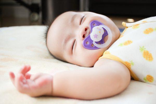 赤ちゃんに布おむつを使うメリットと紙おむつの裏話
