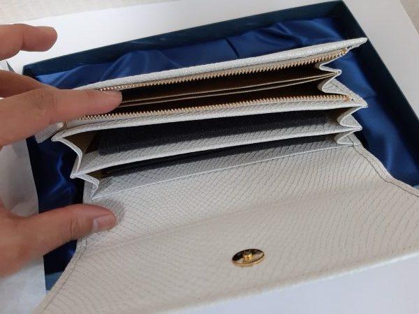 財布屋 白蛇財布の中