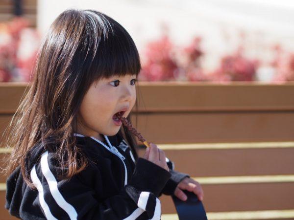 子供にチョコレートをいつから食べさせていいのか
