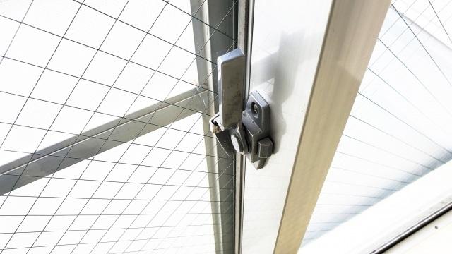 窓の冷気を遮断する方法!夏でも冬でも使える遮熱アイテムも